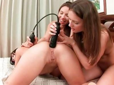 三个美丽的青少年女同性恋肛门乐趣