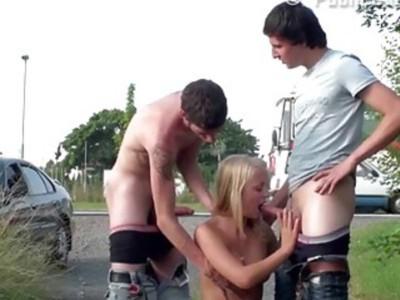 青少年PUBLIC街头青少年性与一个金发碧眼的漂亮女孩狂欢gangbang由大迪克的家伙