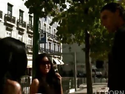 两个大肚子的巴西妓女正在吹捧一个幸运的家伙
