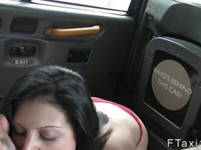 展示者肛门在假的出租车上砰砰地打了