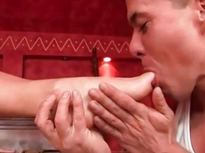 金发让她的脚崇拜和性交
