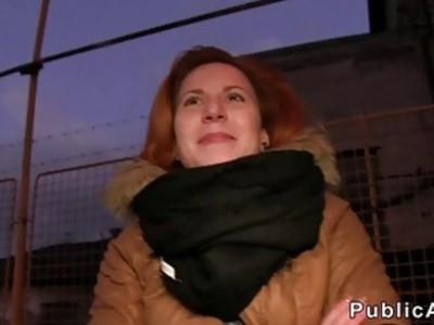 捷克红头发人在公共场合撞车