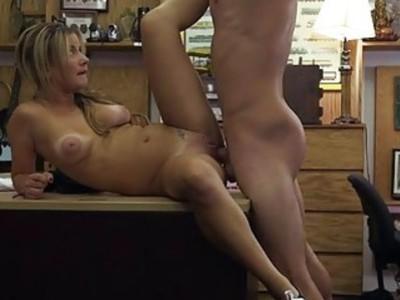 可爱的女服务员在当铺殴打