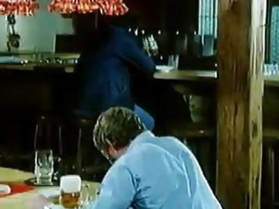 Blondie支付她的小酒馆账单吸吮她的角质酒保