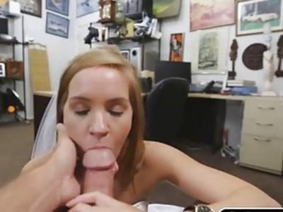 可爱的性感宝贝在她阴部深处有一只大公鸡