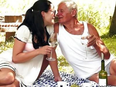 与爷爷的青少年美女野餐野餐