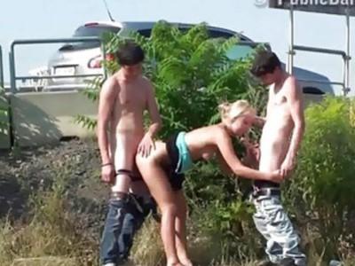 在光天化日之下,大胆的青少年团体PUBLIC街头性行为狂欢gangbang