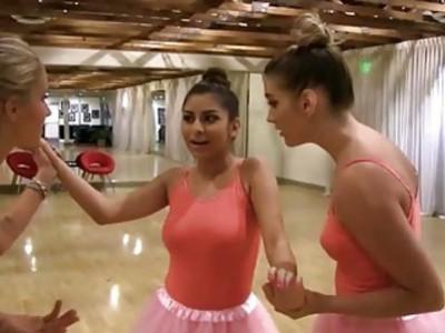 三个漂亮的芭蕾舞演员练习如何快乐游戏