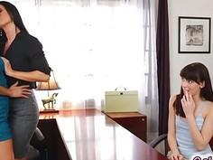 Nikki Daniels helps Hannah Hartman in her sexuality