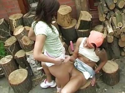年轻的青少年打击工作暨切割木材和舔阴部