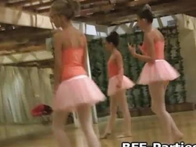 芭蕾舞女演员舔猫在舞蹈室