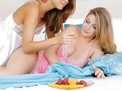Dyke stimulates girlfriends slit with fingering