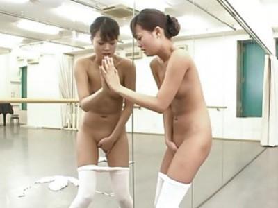 亚洲芭蕾舞演员有一个痒,她不得不擦