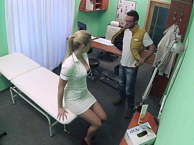 调皮护士规定了她的阴户
