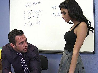 明亮的学生寻求英俊的导师的帮助