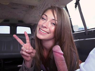 Kirsten Lee在Bang Bus中吸吮陌生人的家伙