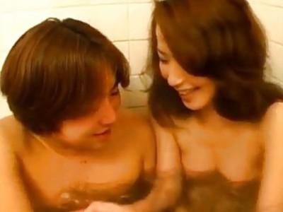 吉岛漂亮亚洲摩洛伊斯兰解放阵线享受性感洗浴时间