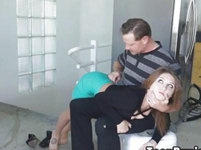 他弯曲她的膝盖,并屁股屁股,直到它看起来红