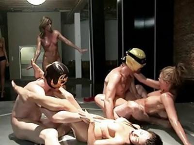 两个性感的女人油与帅哥摔跤