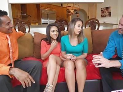 莱拉和妮可希望他们的第一个性交间是一个后裔