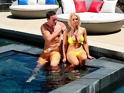 令人钦佩的女人在游泳池度过色情时光