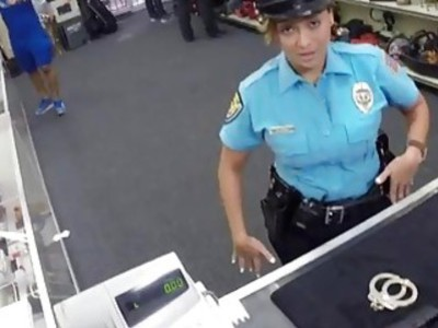 大屁股性感的警察局在典当大屁股中铺设性感