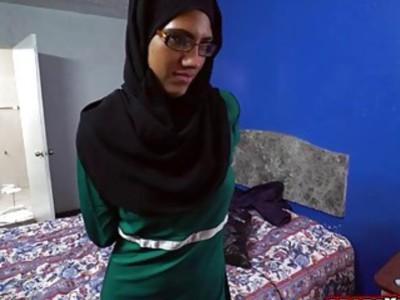戴眼镜的阿拉伯宝贝吸钱的公鸡
