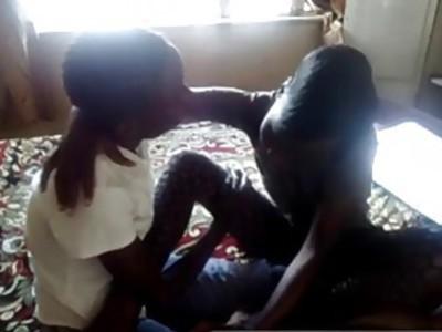 角质非洲女同性恋者与巨大的假阳具猫