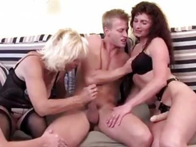 年轻的男人他妈的三个角质成熟