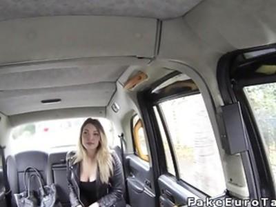 讨厌的金发刘海在公共假的出租车