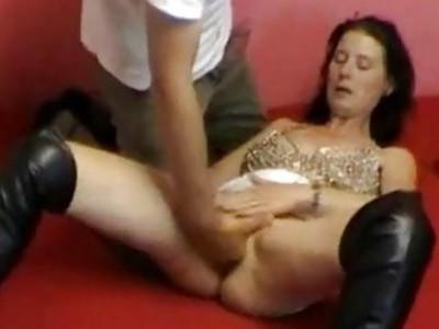 业余妻子的拳头在廉价的汽车旅馆里操纵