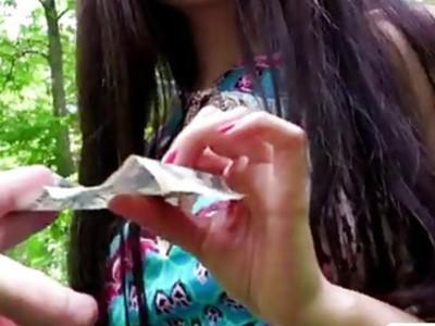 性感的青少年宝贝萨沙闪光她的大山雀和湿欧元阴部