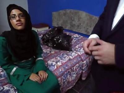 他妈的戴眼镜对这个性感的阿拉伯青少年来说不成问题