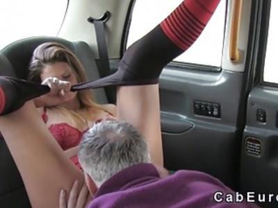 讨厌的业余爱好者哄骗假冒的出租车司机