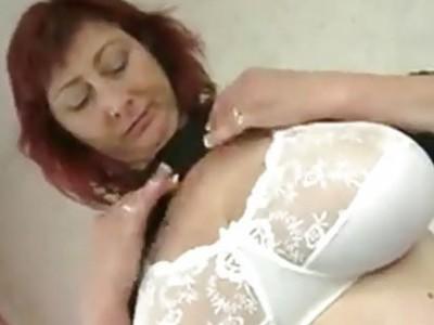 巨大的titted成熟的女士性交年轻的螺柱