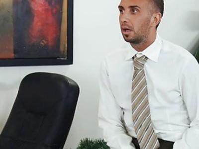 四名丰满的员工在办公室里让老板吃了一惊
