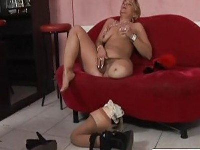 奇怪的金发女同性恋舔她毛茸茸的猫
