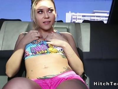 穿着粉色短裤的金发青少年在公共场合受到冲击