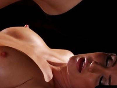 两个性感的女人舔每个按摩桌上的阴部