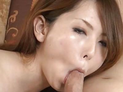 东方人用刺激的玩具刺激她的阴道