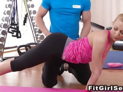 Fit blonde bangs till pussy cumshot at the gym