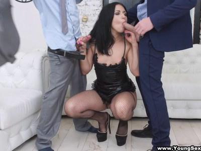 年轻的妓女受到两位商人的粗暴对待