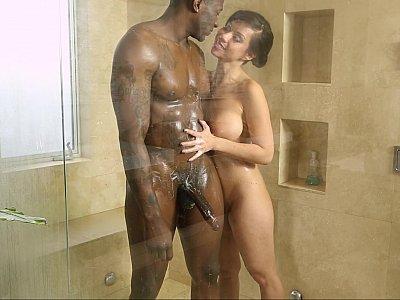 不同肤色的浴室乐趣
