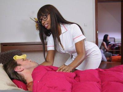 好色的黑色护士在您的服务
