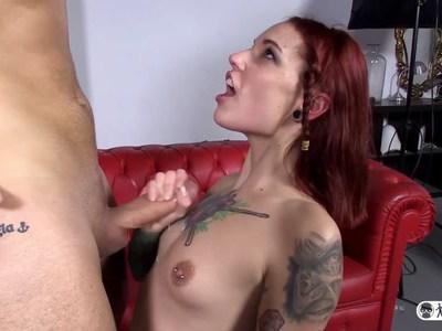 西班牙红发女郎西尔维娅·鲁比(Silvia Rubi)随便挑选一个随便的家伙来操他