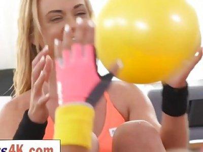 有吸引力的年轻女同志在一起锻炼后做爱