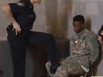 黑色士兵他妈的胖乎乎的白色警察作为惩罚