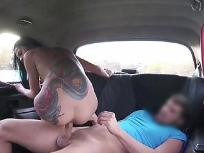 Sexy tattooed woman drilled in the taxi