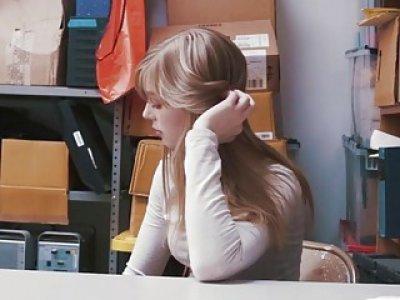 漂亮金发的小偷多莉得到她应得的