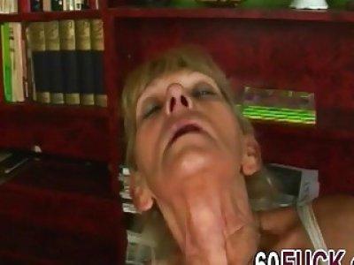 一个讨厌的金发奶奶手淫,然后在她的阴道中得到年轻的硬阴茎